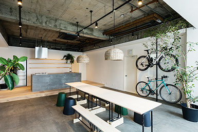 CONNECTのイベントスペースです。テーブルや椅子を使って会食や講義、ワークショップなどにお使いいただけます。