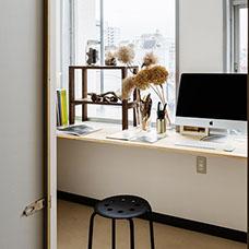 CONNECTのシェアオフィスの画像です。大きな窓からは明石の景色が見えます。